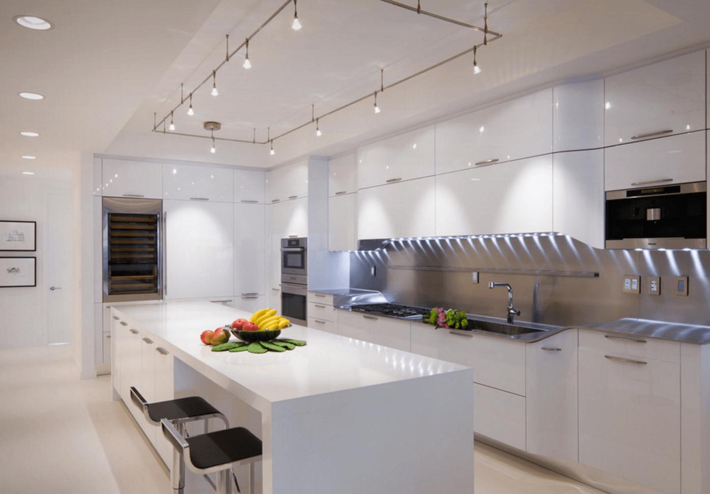Идея освещения кухни с помощью трековых светильников