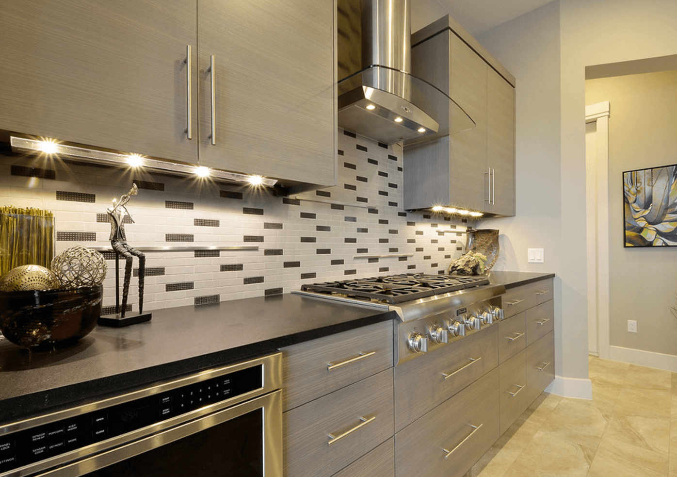 Идея освещения кухни под навесными шкафчиками
