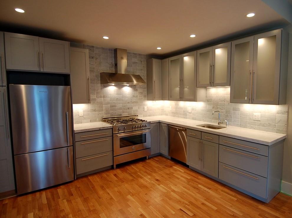 Интерьер кухни в стальном цвете