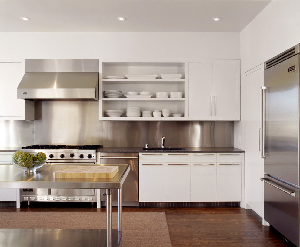 Интерьер кухни в белом цвете со стальными элементами
