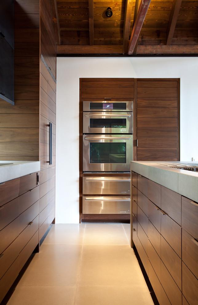 Интерьер кухни с деревянным гарнитуром