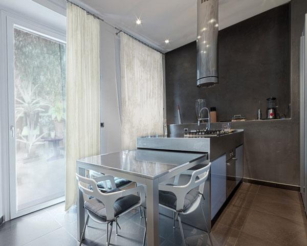Обеденный стол из нержавеющей стали в интерьере современной кухни