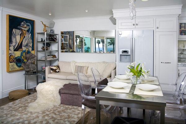 Элегантный дизайн стального стола в интерьере кухни-гостиной
