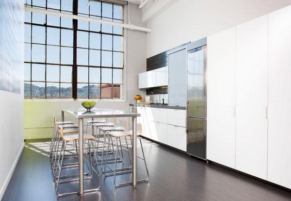 Элегантный дизайн стального стола в минималистском интерьере белой кухни