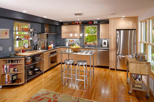 Элегантный дизайн стального стола в интерьере деревянной кухни