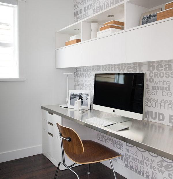 Металлическая столешница мебельного гарнитура в интерьере домашнего офиса