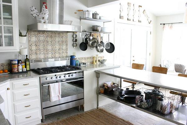 Столешница из нержавеющей стали в деревенском интерьере кухни