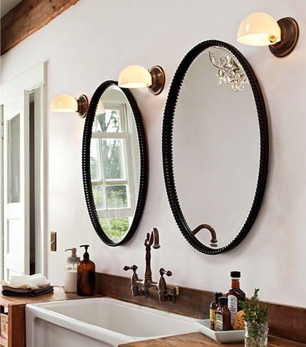 Зеркала в светлом помещении