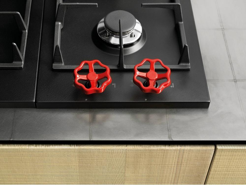 Индустриальный стиль в интерьере кухни: красные металлические вентили