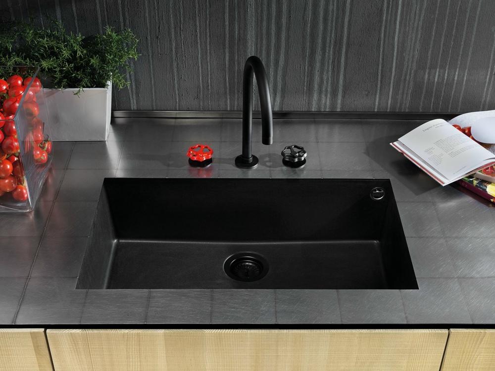 Индустриальный стиль в интерьере кухни: раковина тёмного цвета