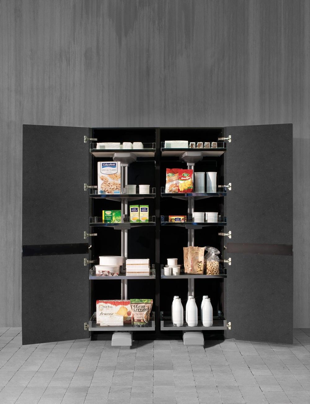 Индустриальный стиль в интерьере кухни: шкаф с продуктами