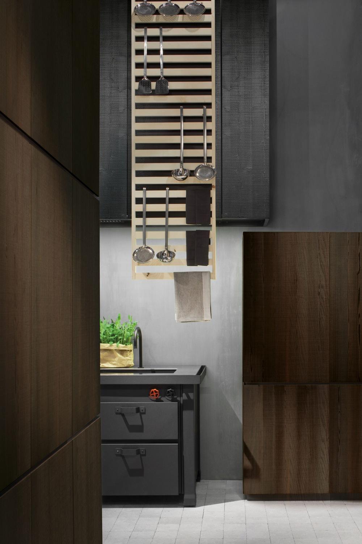 Индустриальный стиль в интерьере кухни: полка для черпаков