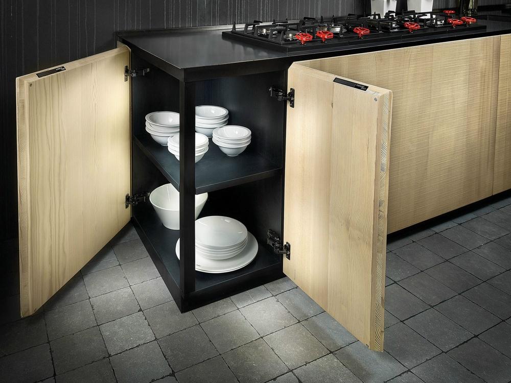Индустриальный стиль в интерьере кухни: угловая полка для посуды