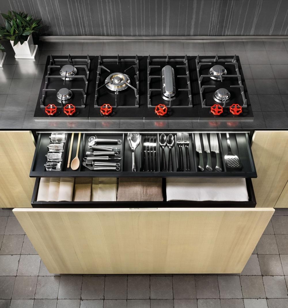 Индустриальный стиль в интерьере кухни: выдвижные ящики со столовыми приборами