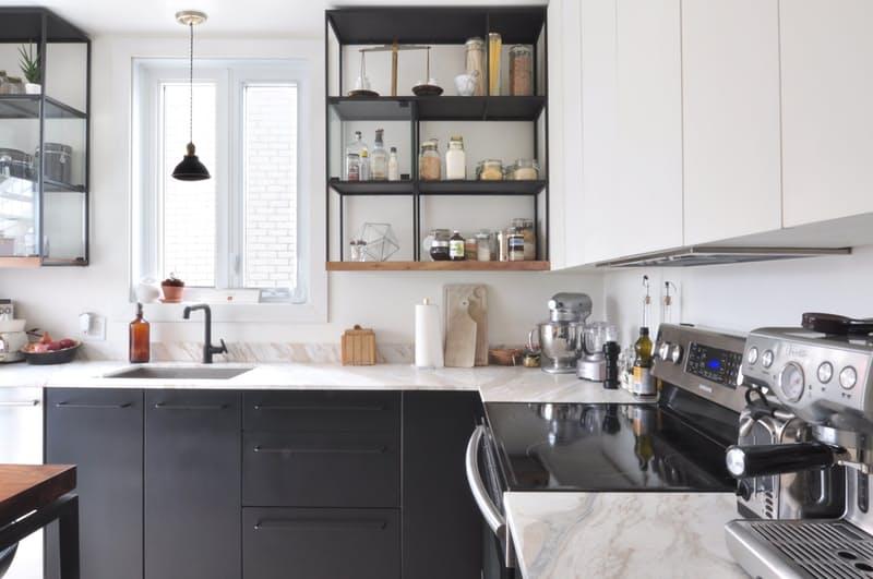 Объединяющий замечательный антрацитовый оттенок в индустриальном стиле интерьера кухни