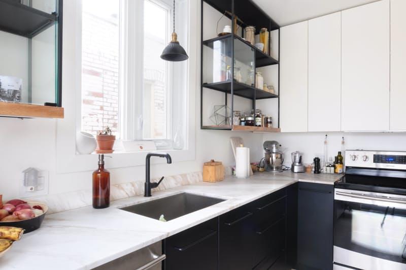 Индустриальный стиль в интерьере кухни: оригинальный смеситель под стать абажуру