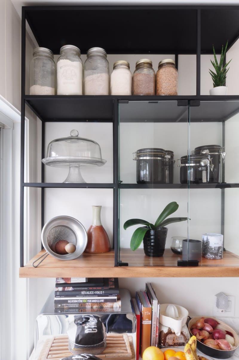 Индустриальный стиль в интерьере кухни: кое-что хранится в закрытых блоках