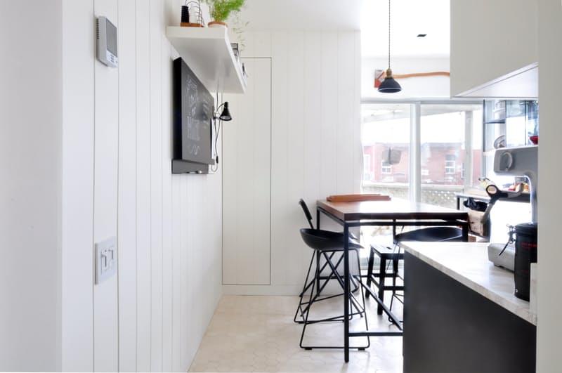 Индустриальный стиль в интерьере кухни: контрастные цвета и дерево при солнечном свете выглядят потрясающе