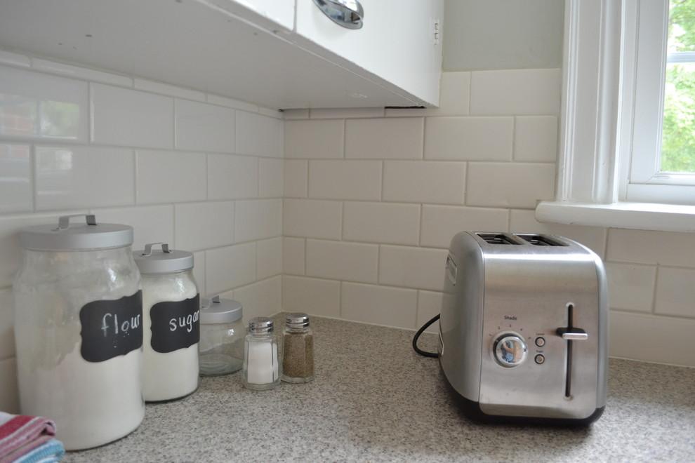 Белая плитка в оформлении кухонного фартука
