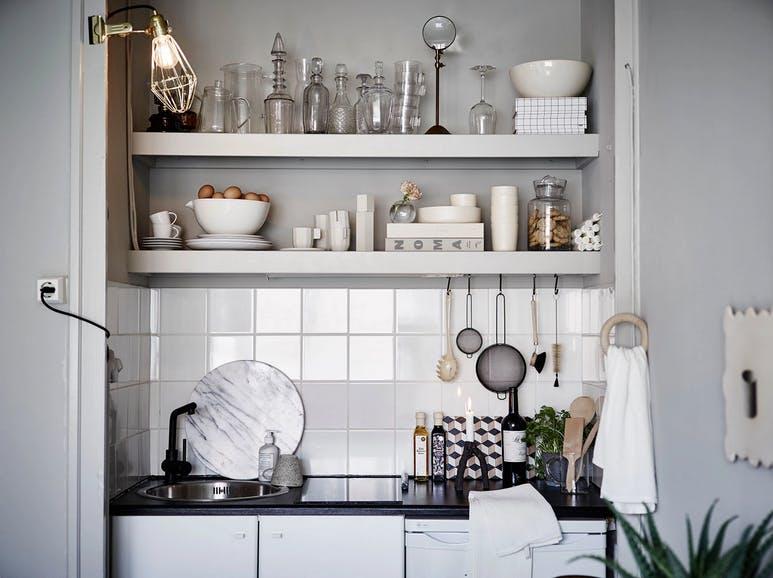 Интерьер очень маленькой кухни в шведской квартире-студии