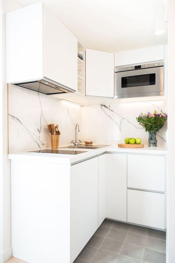 Малюсенькая кухня с плитой, вытяжкой и духовкой