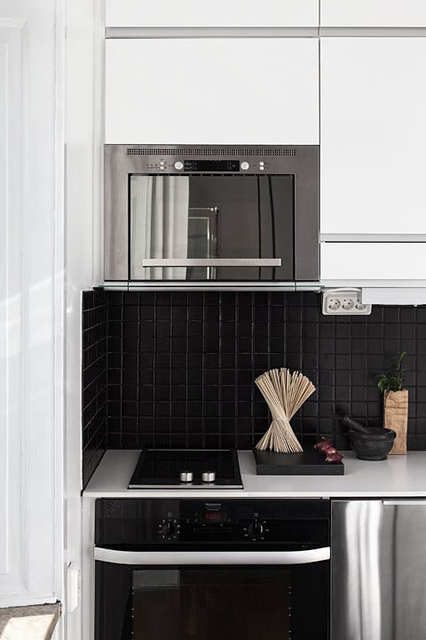 Смелым, но очень освежающим решением стала посуда черного цвета