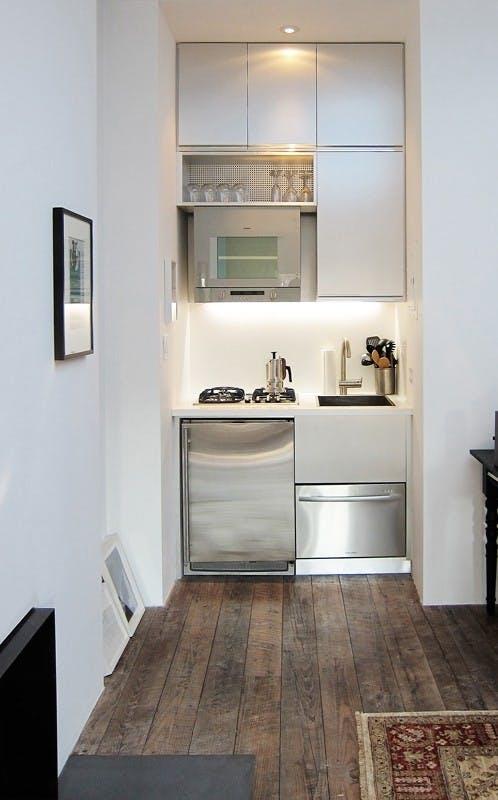 Под раковиной установили крошечную посудомоечную машину