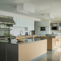 Серый металл, белые панели и деревянная облицовка столешниц дополняют друг друга