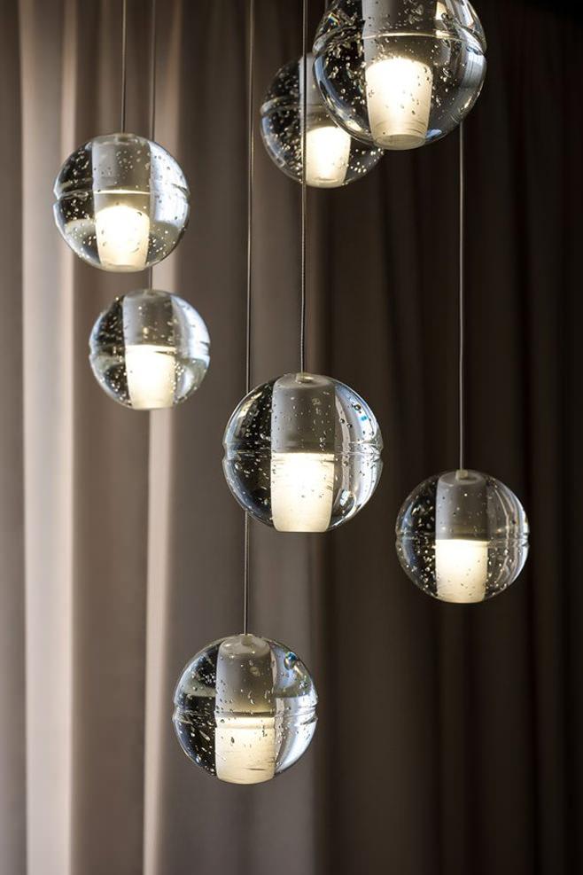Креативный подвесной светильник из множества стеклянных шаров