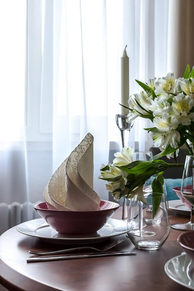 Романтичные белые свечи в декорировании стола