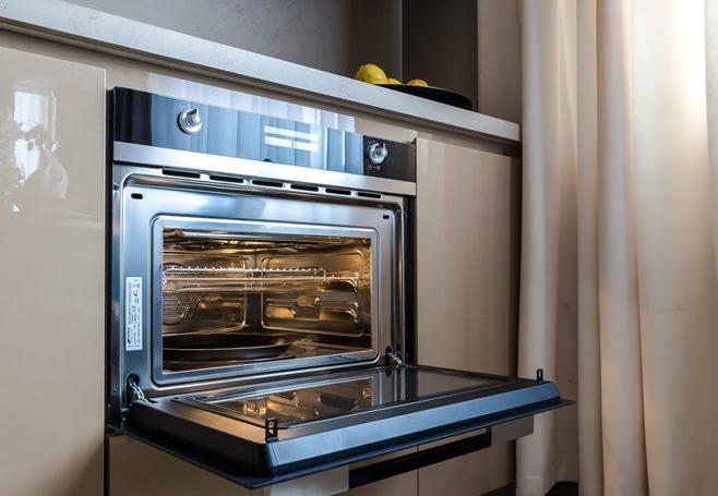 Многофункциональный духовой шкаф, встроенный в кухонный гарнитур