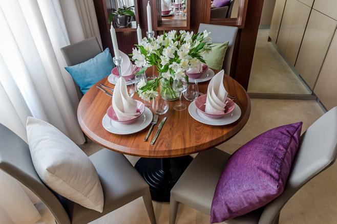 Фигурные салфетки и романтичные свечи в элегантной сервировке кофейного столика