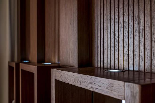 Детали интерьера: деревянные панели кухонного шкафа
