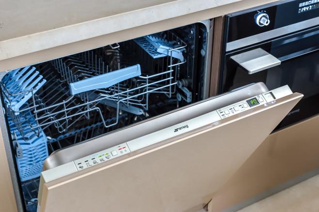 Посудомоечная машина, встроенная в кухонный гарнитур