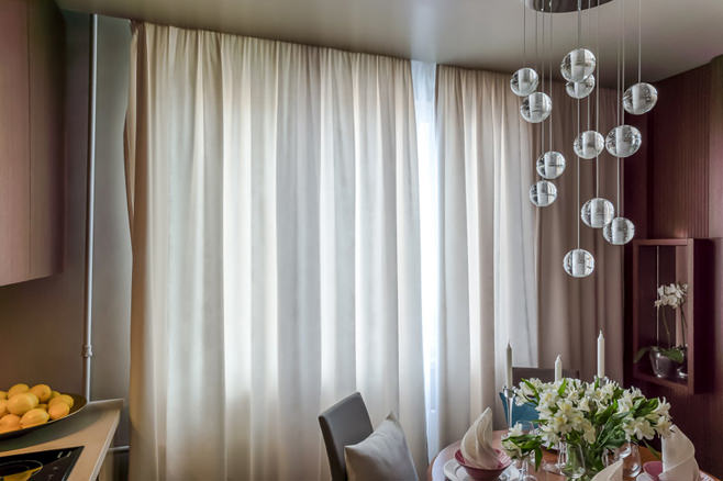Тяжёлые оконные шторы  в светлой гамме