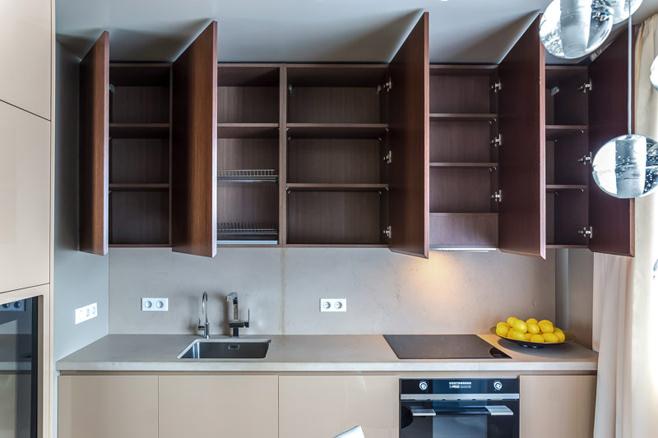 Деревянный фасад верхних систем хранения в интерьере кухни