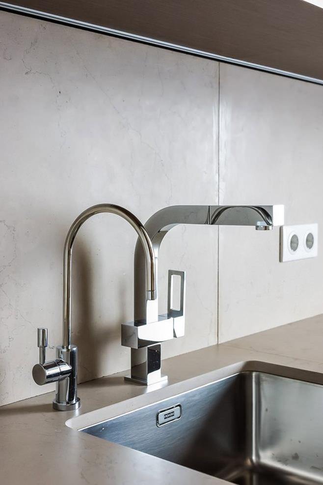 Стильный смеситель и раковина в интерьере кухни