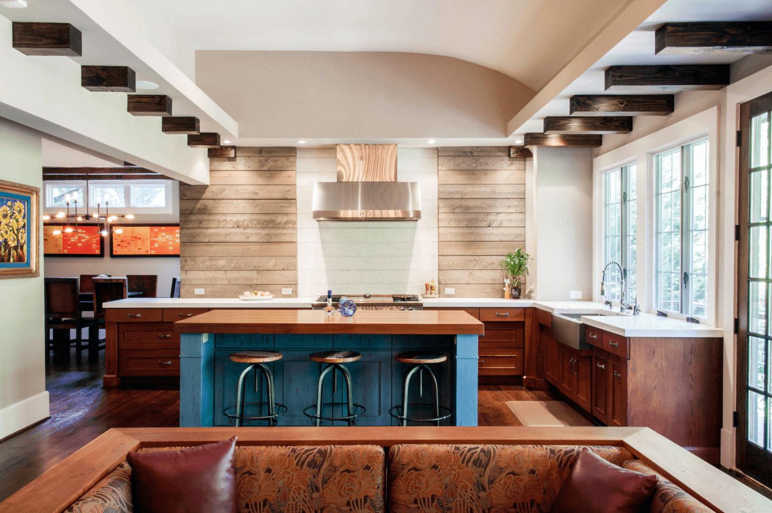 Идея дизайна фартука на кухню. Жаростойкая краска и оберегает дерево, и создает цветовой акцент