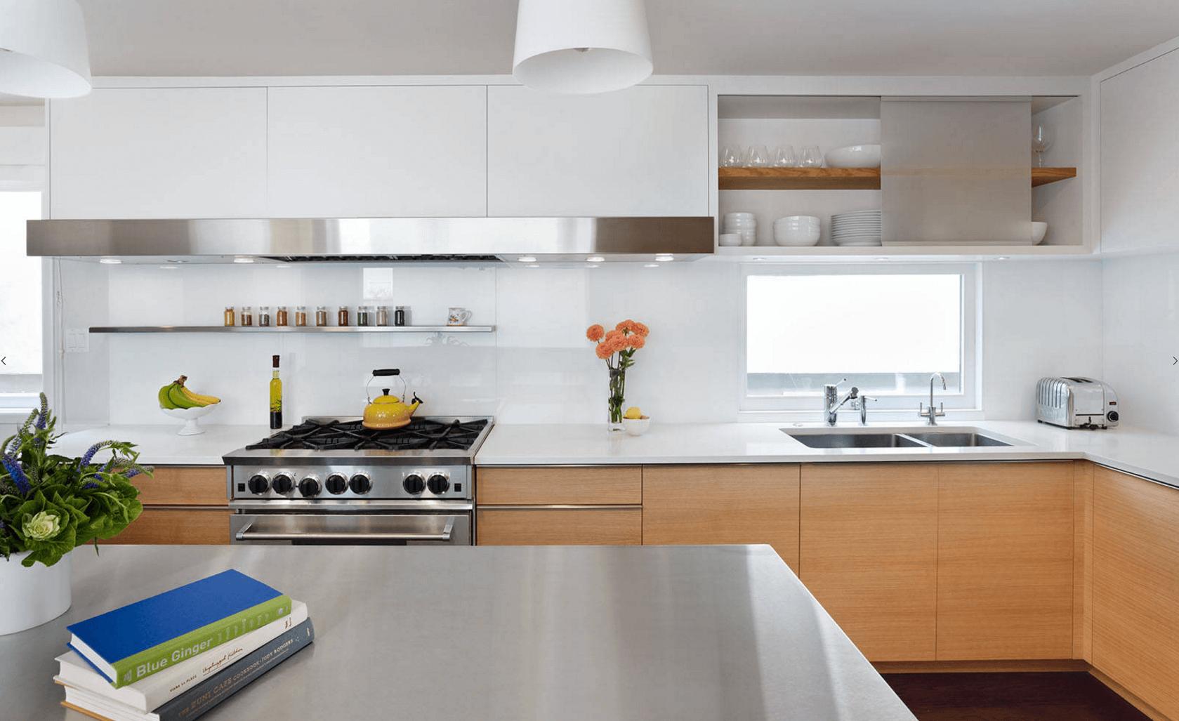 Идея дизайна фартука на кухню с глянцевой окраской - фото 1