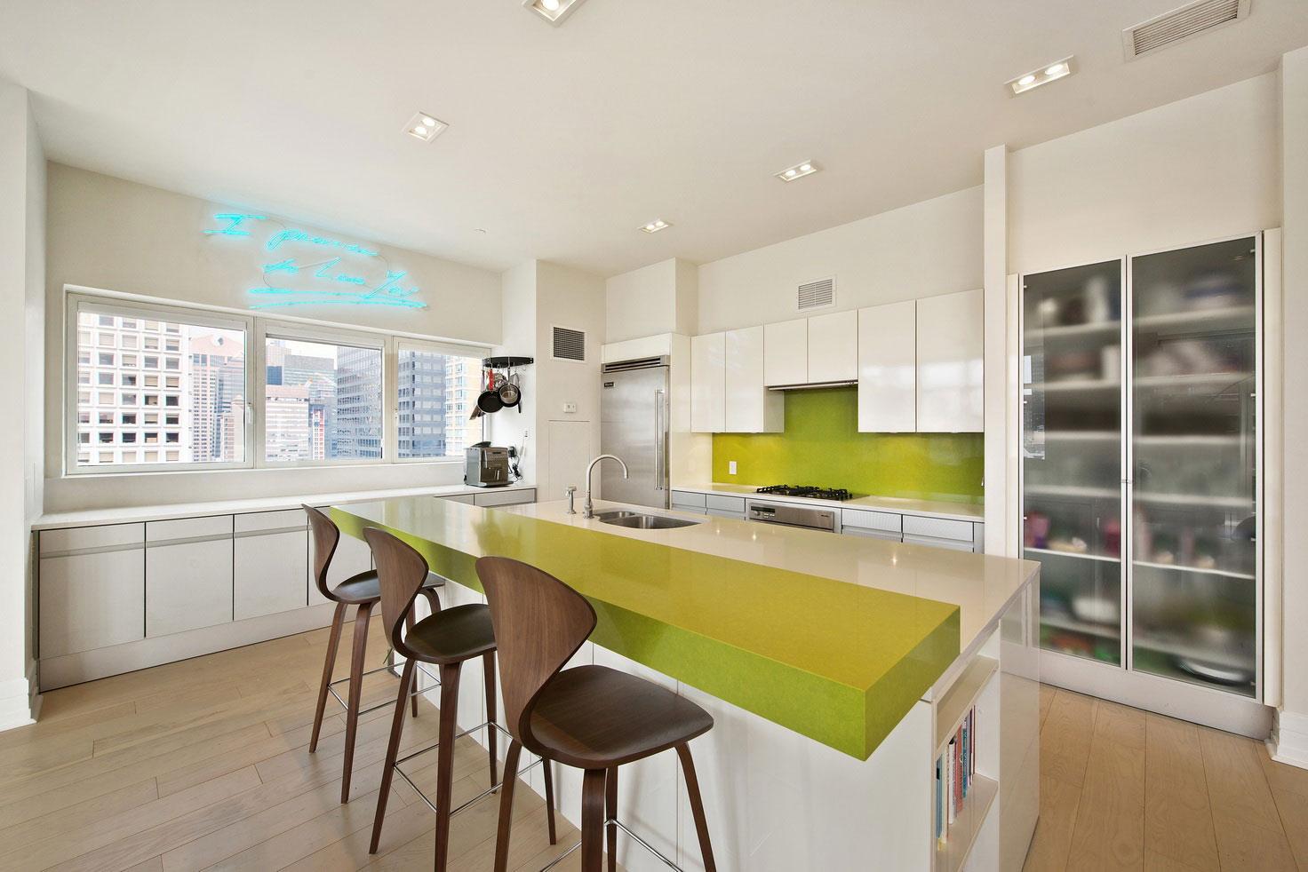 Интерьер белой кухни с зелёными акцентами