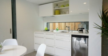 Восхитительный дизайн интерьера маленькой кухни в белой гамме от Three Legged Pig Design