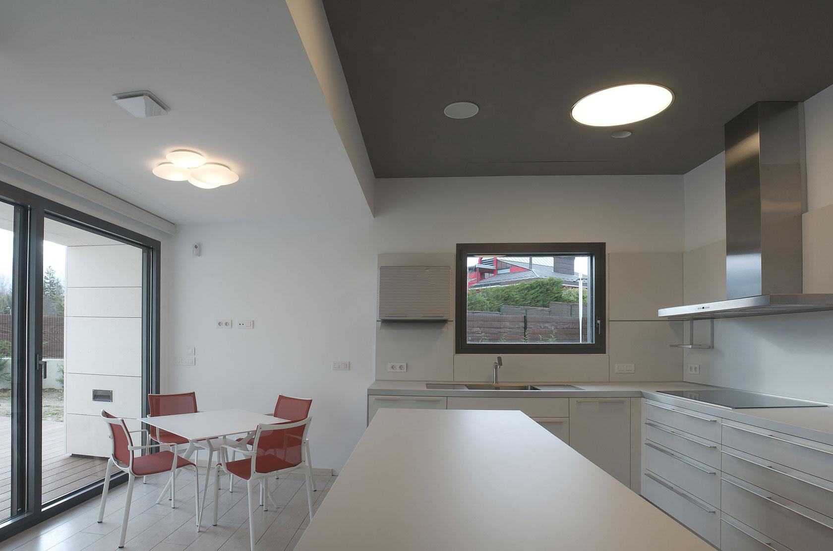 Роскошный интерьер белой кухни - Фото 29