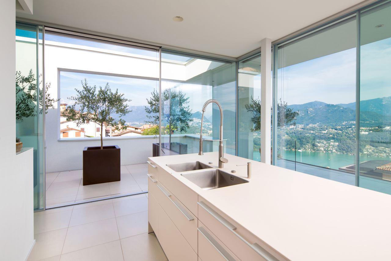 Роскошный интерьер белой кухни - Фото 36