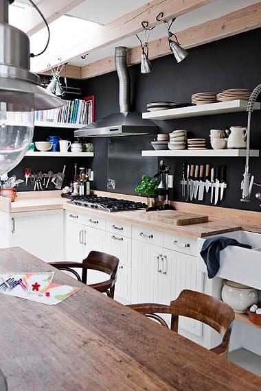 Интерьер чёрно-белой кухни: деревянные рабочие поверхности