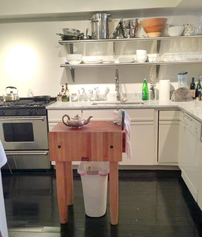 Интерьер чёрно-белой кухни: маленький столик с чайником