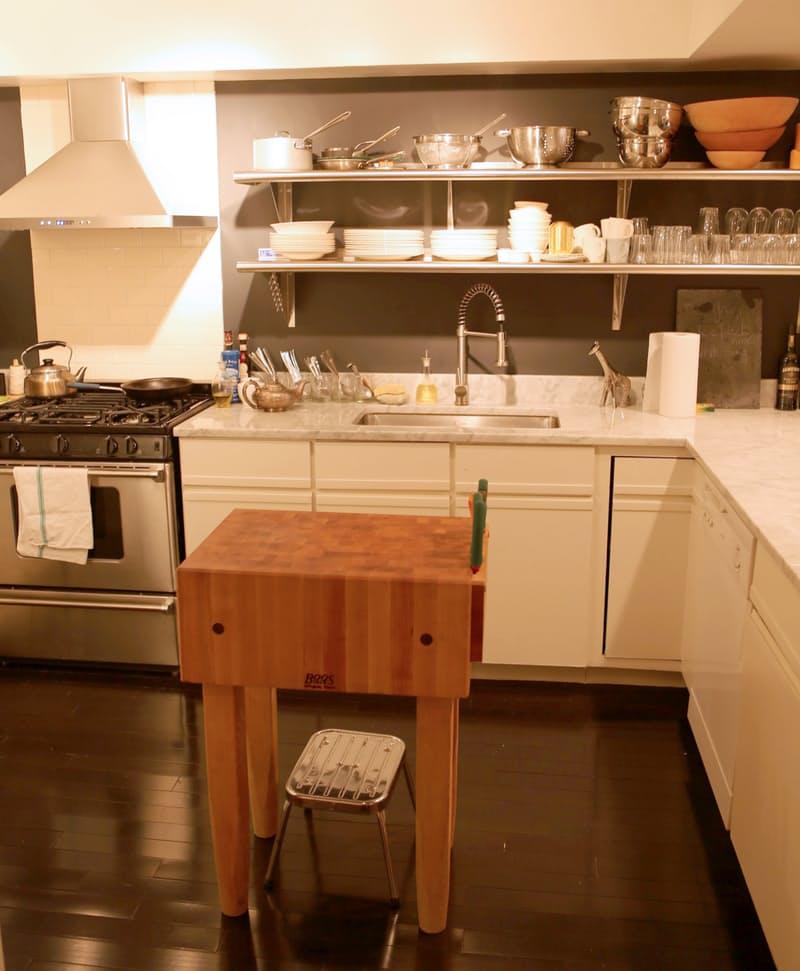 Интерьер чёрно-белой кухни: посуда на полках