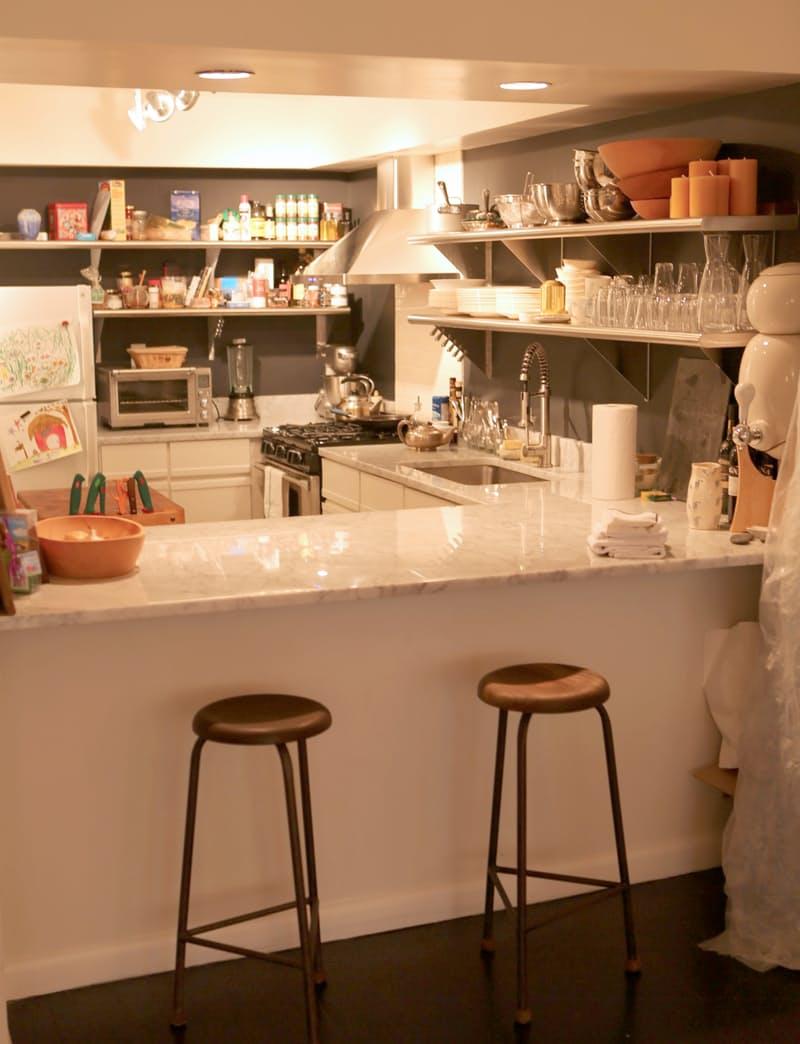 Интерьер чёрно-белой кухни: высокие барные стулья