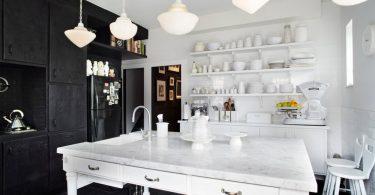 Интерьер просторной чёрно-белой кухни