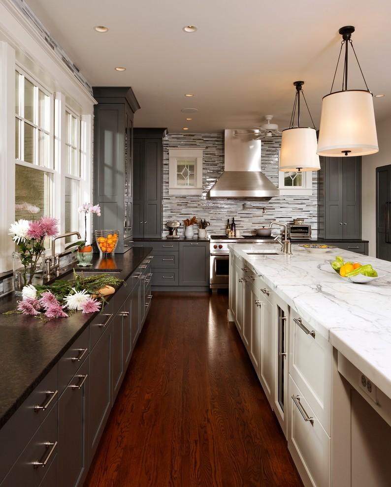 Дизайн двухцветной кухни - тёмно-серый оттенок