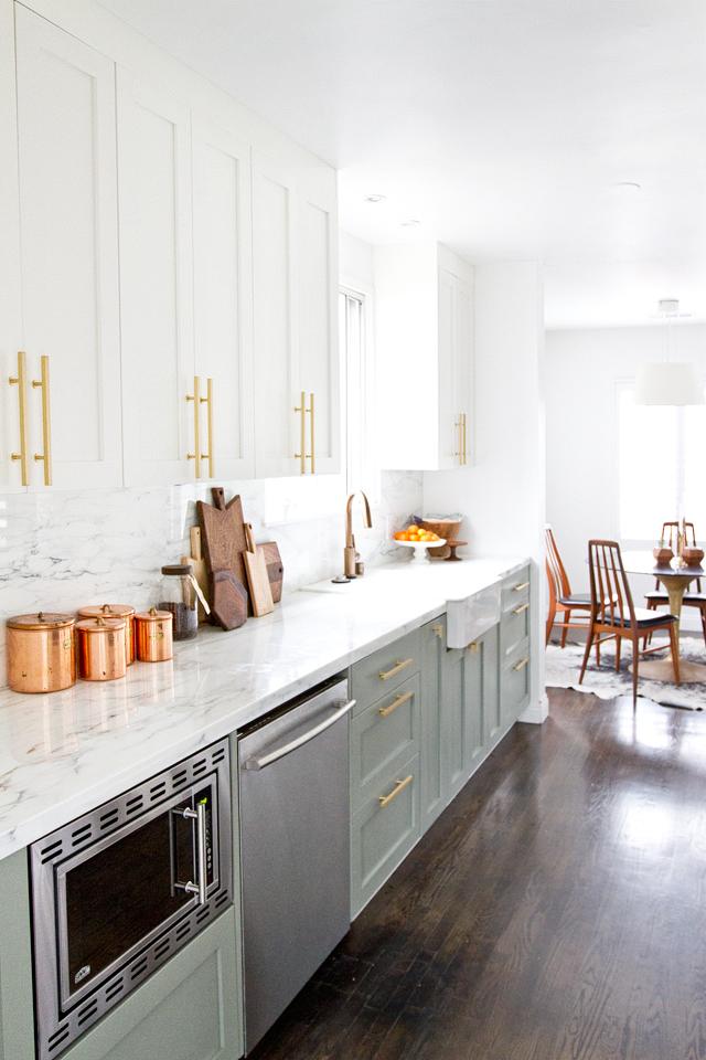 Дизайн двухцветной кухни - белый и светло-зелёный
